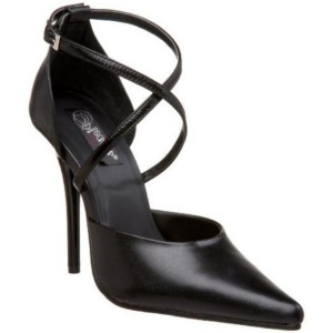 Escarpins d'orsay en cuir noir.