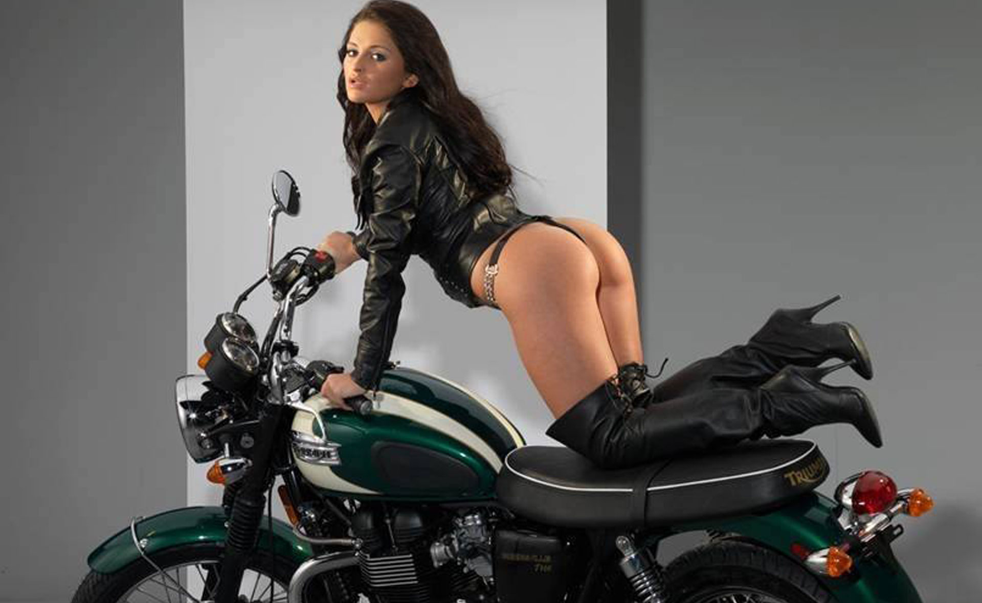 Cuissardes Pleaser, la mode Biker.