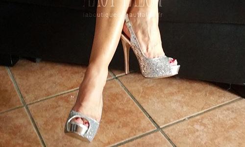 Sandale argentée à paillettes brillez en tenue de soirée.