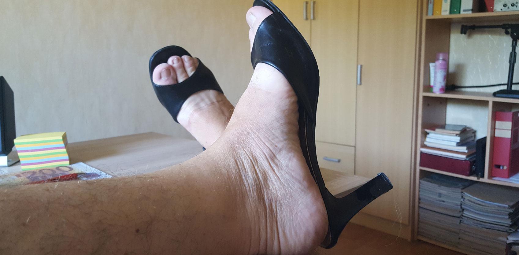 Mec en chaussures féminines